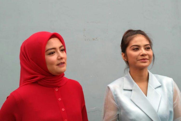Eks personel duo vokal T2, Tika (kiri) dan Tiwi, ditemui di kawasan Mampang, Jakarta Selatan, Jumat (18/1/2019).