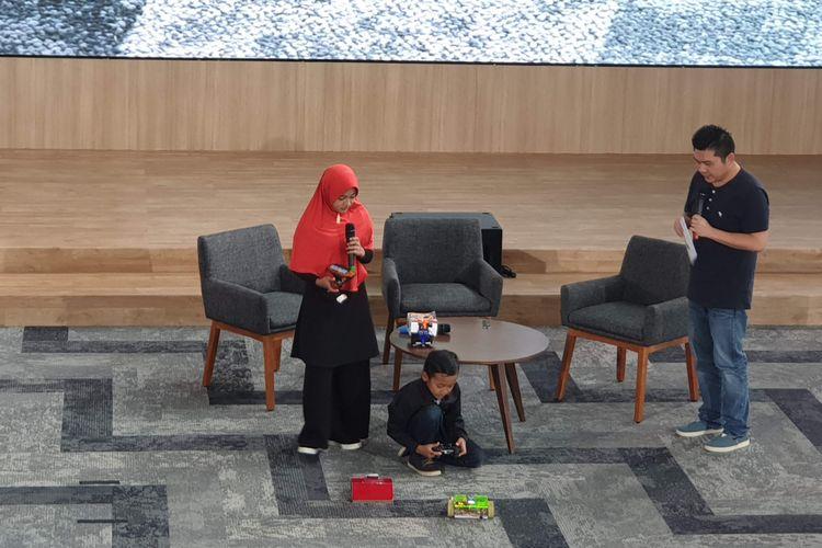 Syahrozad Zalfa Nadi (Ocha) dan Avicenna Roghid Putra Sidik (Ave) mendemonstrasikan robot hasil karya mereka.