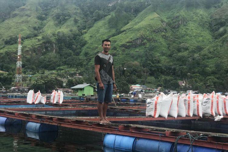 Salah satu petani yang memanfaatkan perairan Danau Toba untuk berbudidaya ikan air tawar.