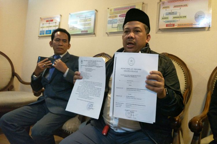 Wakil Ketua DPR Fahri Hamzah menunjukan surat inkrahnya atas gugatan kasus pemecatan dirinya dari PKS, di kompleks parlemen, Jumat (25/1/2019).