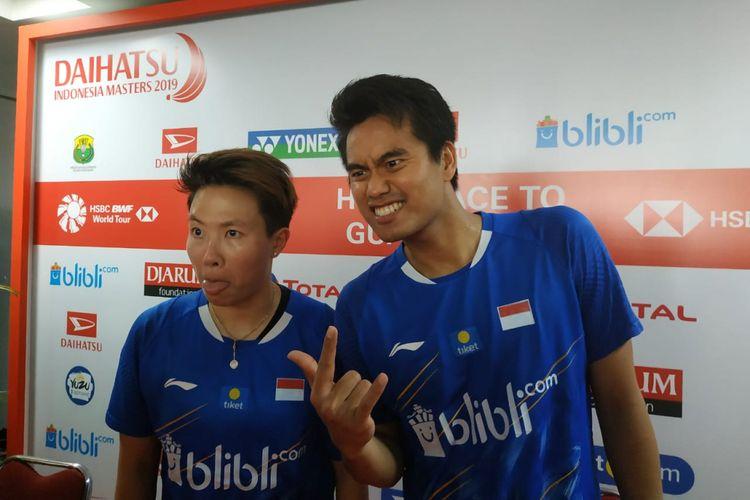 Pasangan ganda campuran Indonesia, Tontowi Ahmad (kanan) dan Liliyana Natsir, berpose seusai konferensi pers Indonesia Masters 2019, di Istora Senayan, Jakarta, Sabtu (26/1/2019).