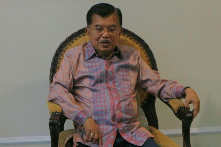 Wapres Jusuf Kalla saat diwawancarai awak media di kantornya