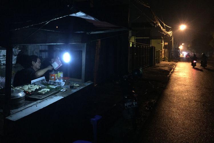 Warung Uli Bakar Pak Nasik di bilangan Jalan Raya Sawangan, Kota Depok, Jawa Barat.