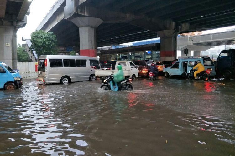 Banjir 30cm genangi ruas jalan DI Panjaitan, Jakarta Timur,  Senin (11/2/2019) sore