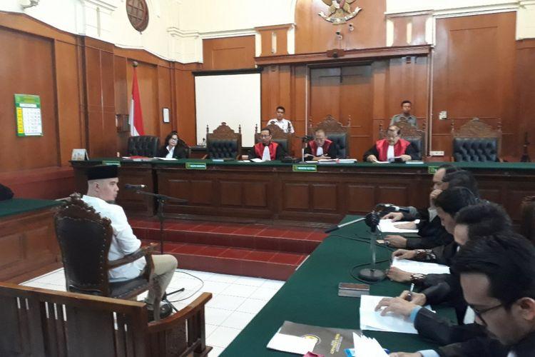 Ahmad Dhani menghadiri sidang Vlog Idiot agenda pembacaan eksepsi di PN Surabaya, Selasa (12/2/2019)