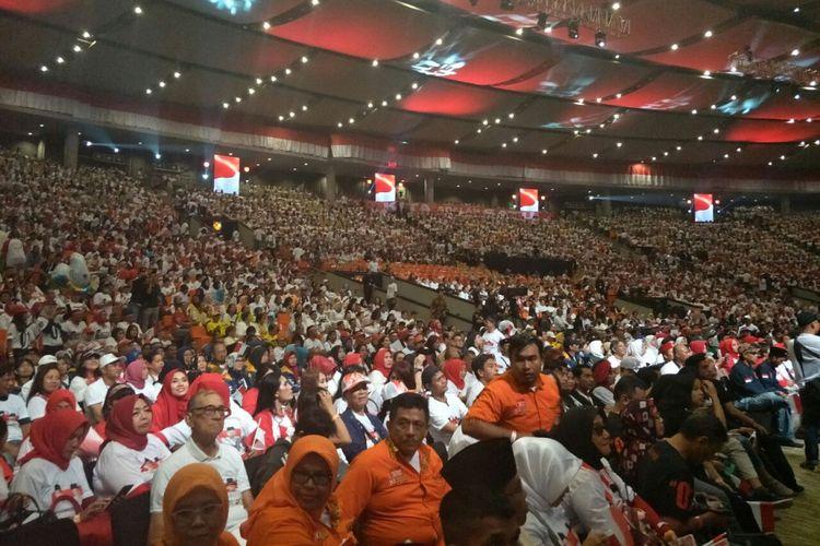 Relawan pendukung Jokowi-Maruf yang hadir dalam acara Konvensi Rakyat Optimis Indonesia Maju di Sentul International Convention Center, Bogor, Minggu (24/2/2019).
