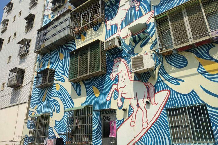 Mural di dinding apartemen di Pier-2 Art Center, Kaohsiung, Taiwan