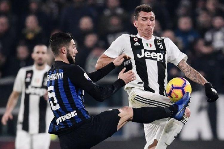Roberto Gagliardini mencoba menahan Mario Mandzukic pada pertandingan Derbi Italia, Juventus vs Inter Milan, dalam lanjutan Serie A di Stadion Allianz, 7 Desember 2018.