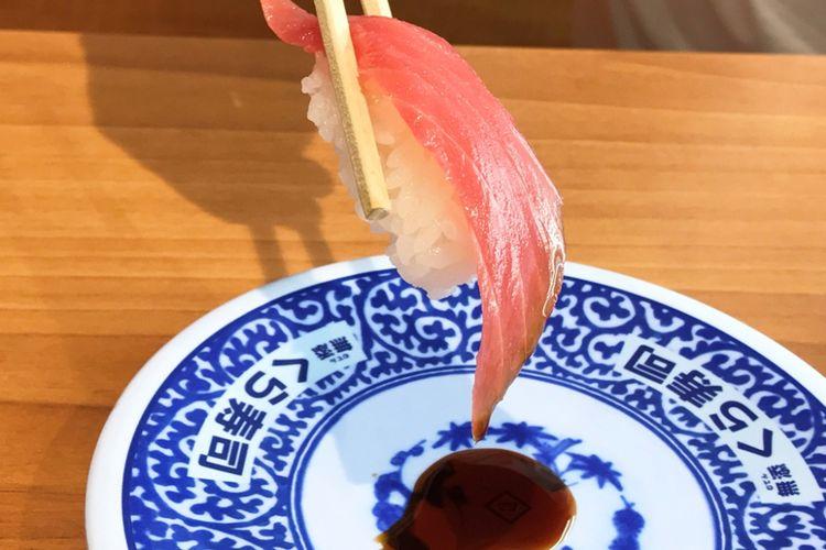 celup sushi ke kecap yang sebelumnya sudah dituang terlebih dahulu ke piring kecil