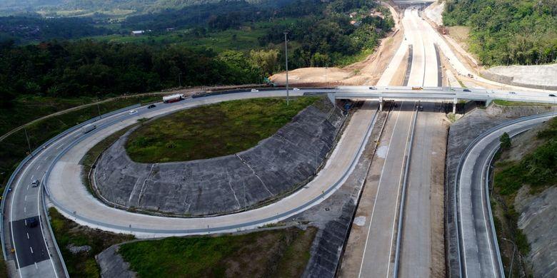 Foto simpang susun Ruas Tol Bawen-Salatiga (ke kanan keluar Bawen, lurus keluar Salatiga), Jawa Tengah, Jumat (16/6/2017). Ruas tol ini akan dibuka secara fungsional pada H-7 hingga H 7 Lebaran.