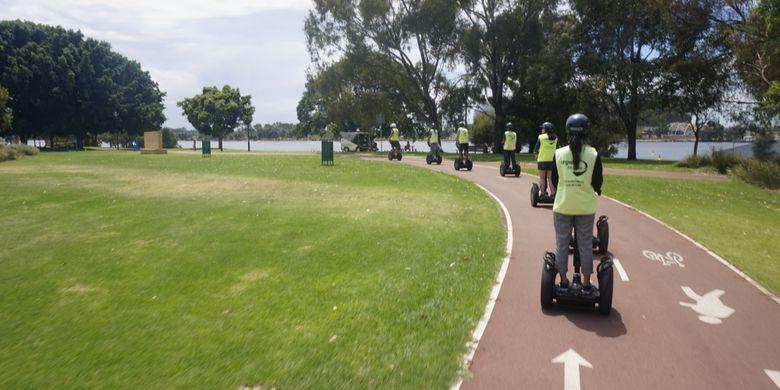 Keliling naik segway di Perth, Australia Barat, Senin (5/2/2018).