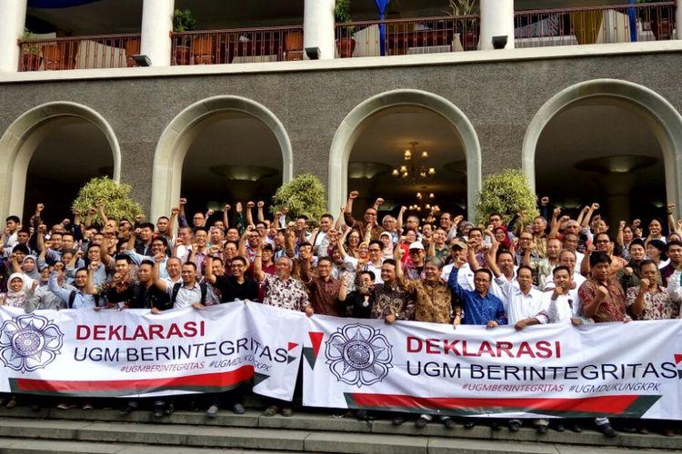 Para dosen , guru besar, karyawan, mahasiswa dan alumni UGM saat berfoto di depan Balirung usai pernyataan sikap