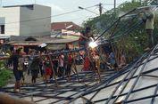 Petugas Evakuasi Papan Reklame Roboh di Jatibening