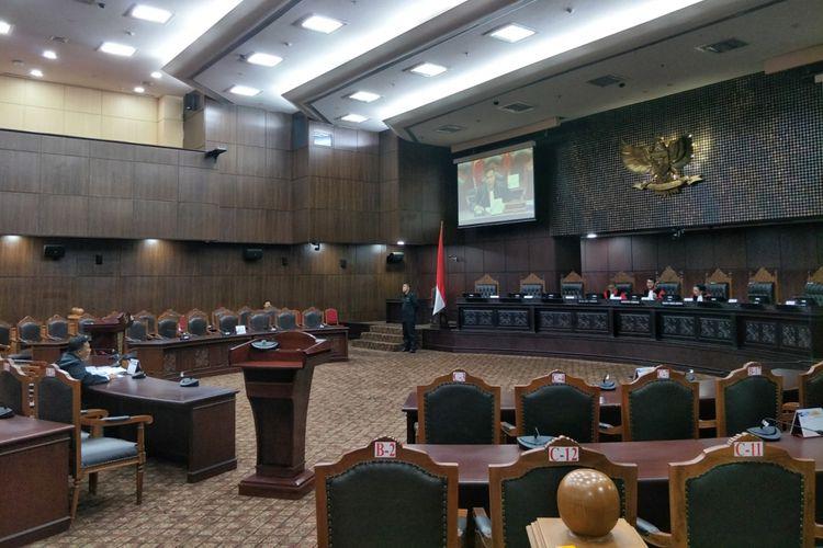 Suasana sidang pemeriksaan pendahuluan uji materi pasal 458 ayat (13) dan (14) UU Pemilu di MK, Senin (6/11/2017).