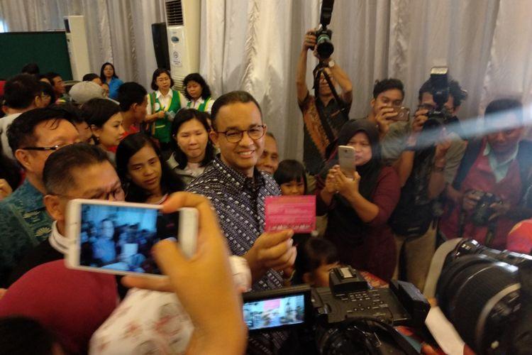 Gubernur DKI Jakarta Anies Baswedan mengikuti kegiatan vaksin difteri di Paroki Santo Andreas, Kedoya Jakarta Barat Minggu (14/1/2018).