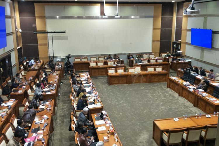 Suasana Rapat Dengar Pendapat antara Komisi III dan KPK di gedung Nusantara II, Kompleks Parlemen, Senayan, Jakarta, Selasa (13/2/2018).