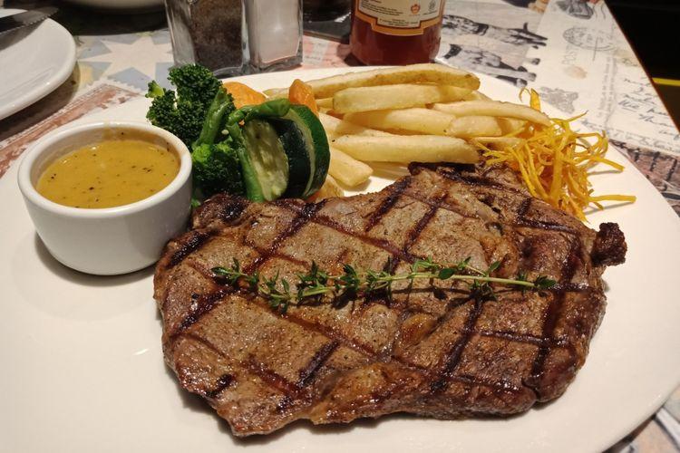 Hidangan ribeye steak dengn porsi yang besar, sebagai cirikhas Outback Staekhouse yang telah membuka gerai barunya di Pasaraya Blok M, pada Rabu (14/3/2018).