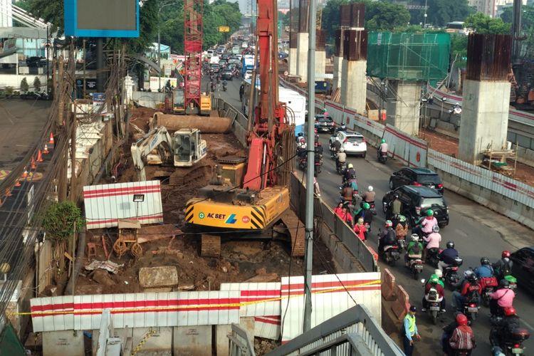 Suasana lalu lintas di sekitar lokasi kebocoran pipa gas PGN di Cawang, Jakarta Timur, Kamis (15/3/2018). Pada Rabu malam pipa gas tersebut kembali bocor akibat kegiatan pembangunan proyek LRT