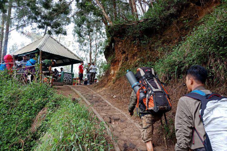 Suasana pendaki yang beristirahat di pos satu pendakian Gunung Semeru, Kabupaten Lumajang, Jawa Timur, pada Sabtu (7/4/2018).