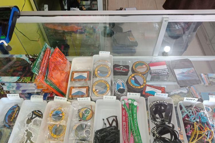 Berbagai souvenir dan keperluan mendaki gunung yang bisa Anda beli dan lengkapi di kios-kios sekitar posko Taman Nasional Bromo Tengger Semeru, pendakian Gunung Semeru, Sabtu (7/4/2018).