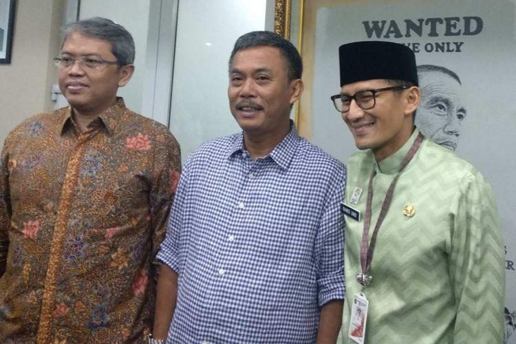 Wakil Ketua DPRD DKI Triwisaksana, Ketua DPRD DKI Prasetio Edi Marsudi, dan Wakil Gubernur DKI Jakarta Sandiaga Uno di DPRD DKI Jakarta, Kamis (21/6/2018).