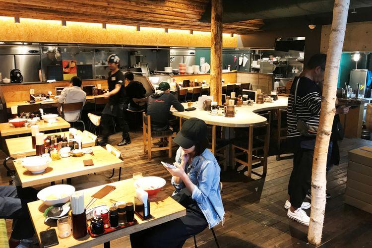 Dekorasi interior dengan dominasi kayu alami benar-benar dapat membangun suasana para pelanggan.