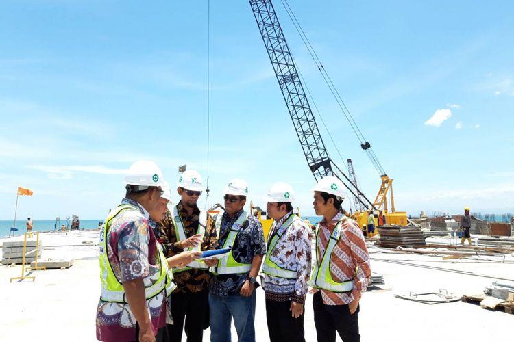 Direktur Utama PT Pelabuhan Indonesia IV (Pelindo IV) Farid Padang (tengah) saat meninjau proyek Makassar New Port, Jumat (5/10/2018).