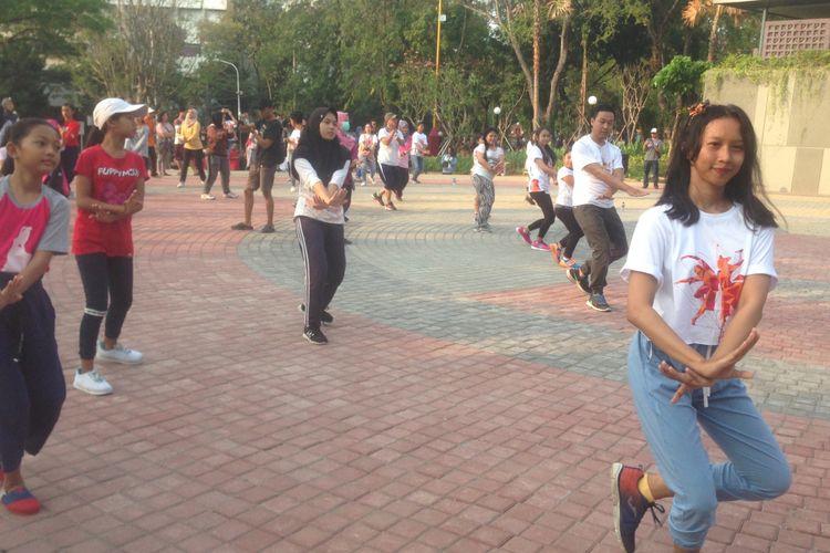 Masyarakat Kota Semarang mulai belajar menari dan berkoreografi di Taman Indonesia Kaya, Minggu (14/10/2018).