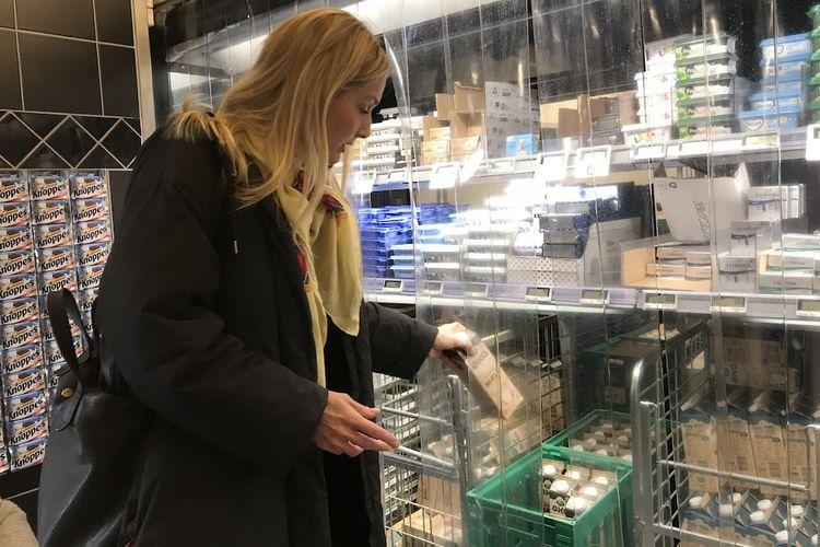 Konsumen memilih aneka produk susu yang sebagian besar organik di sebuah supermarket di kota Copenhagen, Denmark.