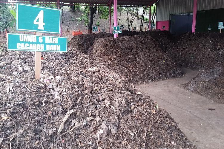 Tumpukan sampah organik diproses dengan metode Kue Lapis di Pusat Daur Ulang Kelurahan Jambangan, Kecamatan Jambangan, Surabaya, Jawa Timur.