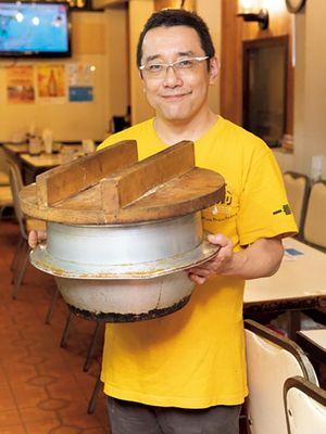 Yasuo Fujiwara, pemilik restoran, menawarkan nasi yang dimasak di Hagama.