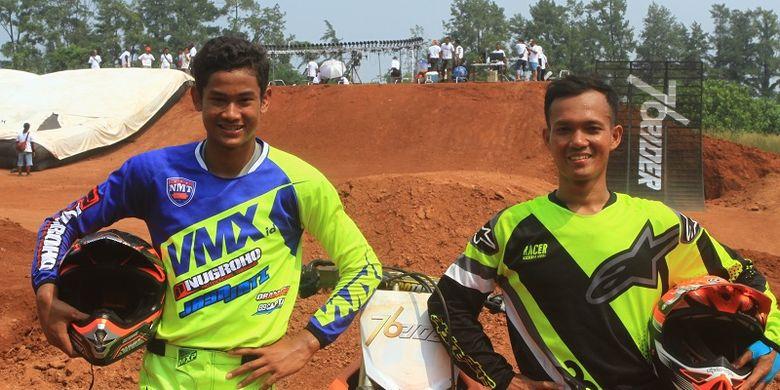 Freestyle Motocross Zulmi Aristiawan dan Agha Riansyah Putranto berfoto bersama disela-sela pembuatan TVC 76Rider di Sirkuit Powertrack, Bumi Serpong Damai, Tangerang, Banten, Selasa (15/5/2018).