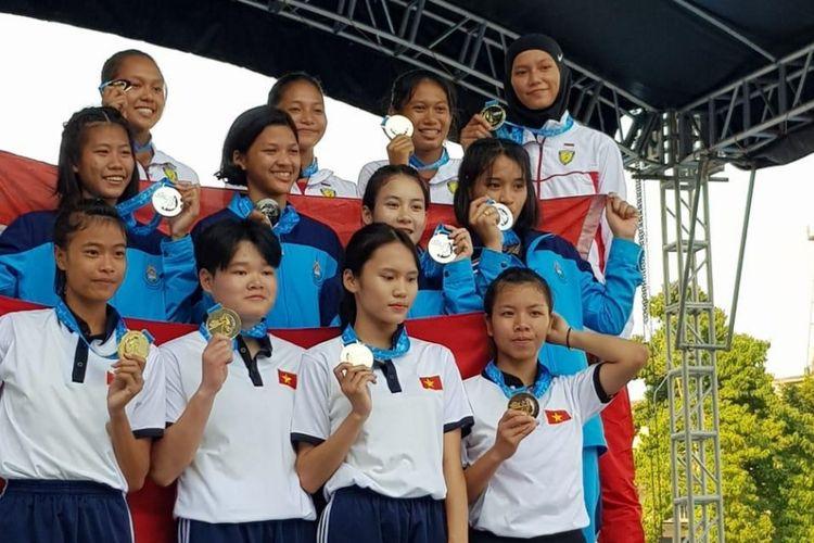 Tim estafet putri Indonesia (atas) saat upacara penyerahan medali kejuaraan atletik Asia Tenggara,SEA Youth Athletics Championships 2019, di Filipina.