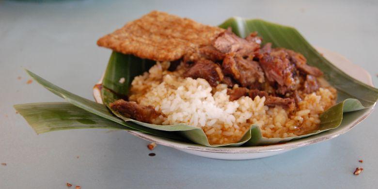 Salah satu makanan khas dari Kabupaten Pati adalah sega gandhul (nasi gandul). Yaitu terdiri dari nasi, kuah dan daging sapi. Biasanya ditambah tempe goreng dan jeroan. Disajikan dalam sebuah piring yang dialasi selembar daun  pisang dan selembar suru (semacam sendok juga dari bahan daun pisang).