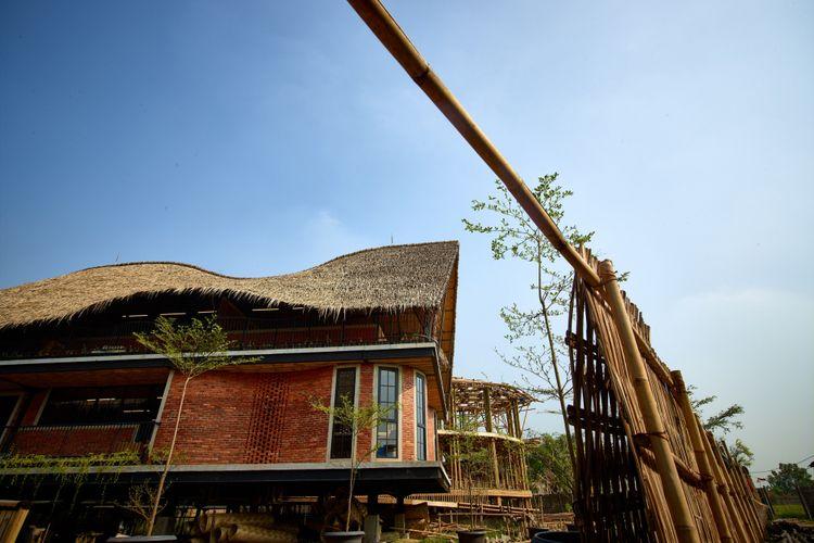 Bangunan PKBM Alfa Omega yang menggunakan konstruksi bahan alami seperti bambu dan nipah.