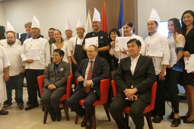 Duta Besar Perancis untuk Indonesia Jean Charles Berthonnet bersama para chef yang berpartisipasi dalam Good France 2019.