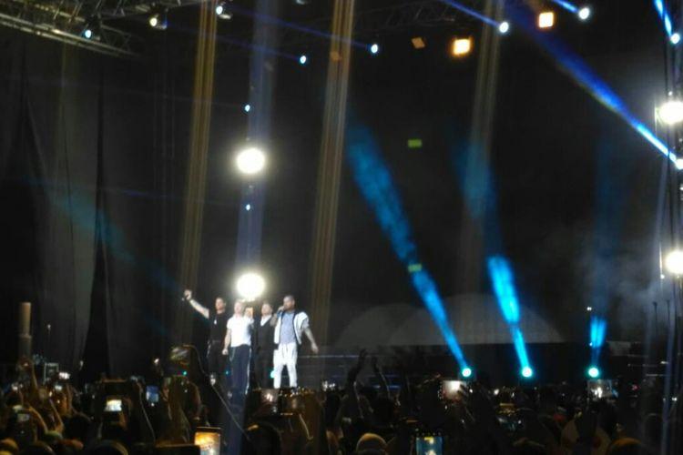 Boyzone memberi penghormatan terakhir sebelum  mengakhiri konser di Tennis Indoor, Senayan, Jakarta Pusat, Minggu (24/3/2019).