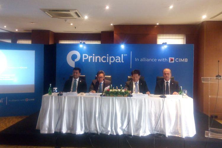 President for Asia Principal Financial Group, Thomas Cheong (kedua kanan) dan CEO PT Bank CIMB Niaga Tbk, Tigor Siahaan (kedua kiri) memberikan keterangan tentang kerja sama di Jakarta, Jumat (3/5/2019).