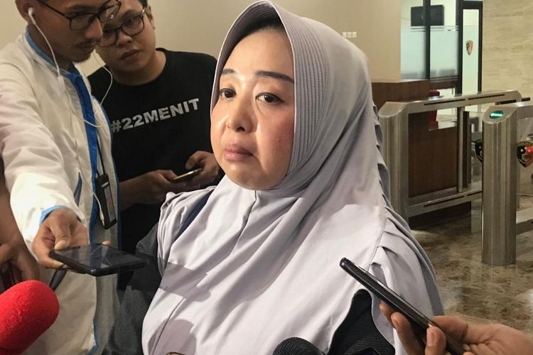 Cathy Ahadianti, istri dari Koordinator Relawan IT Badan Pemenangan Nasional (BPN) Prabowo Subianto-Sandiaga Uno, Mustofa Nahrawardaya, di Gedung Bareskrim Mabes Polri, Jakarta Selatan, Minggu (26/5/2019).(KOMPAS.com/Devina Halim)