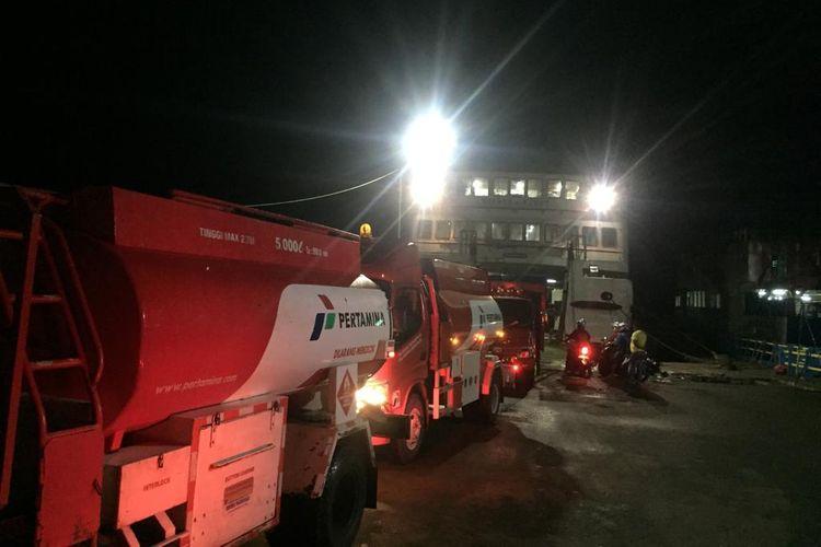 Sejumlah mobil tanki milik Pertamina membawa BBM ke Kabupaten Seram Bagian Barat melalui jalur laut, Sabtu (8/6/2019)