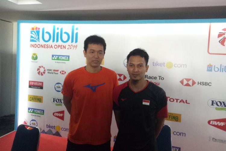 Pasangan ganda putra Indonesia, Mohammad Ahsan/Hendra Setiawan usai berlaga di babak kedua Indonesia Open 2019 di Istora Senaya, Jakarta, 18 Juli 2019.