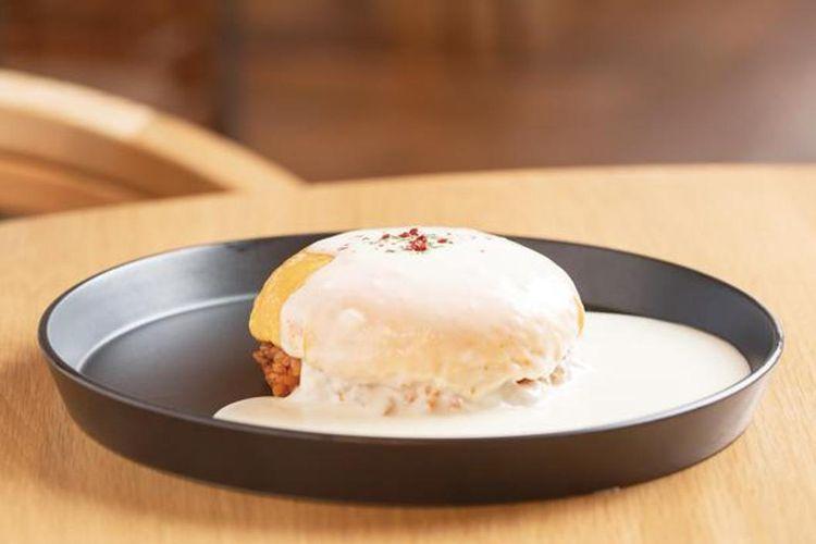 """Hidangan """"4-shu no Zeitaku Cheese Omo-raisu"""" seharga 1.177 yen ini berisikan kombinasi telur dengan rasa kuat dan meleleh dimulut dan keju."""