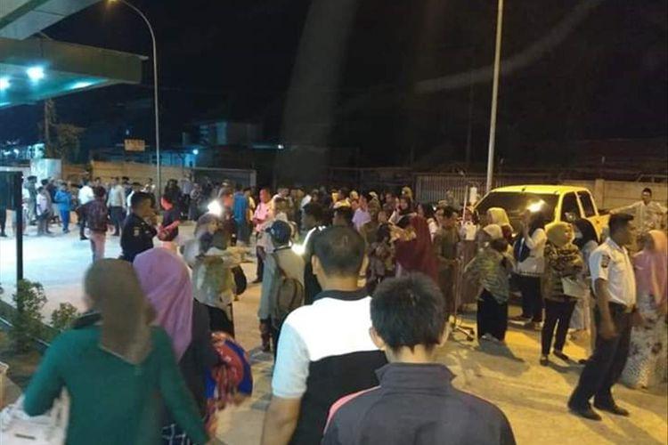 Ratusan masyarakat yang berada di RSUD Malingping berhamburan keluar gedung saat terjadi gempa banten magnitudo 7,4, Jumat (2/8/2019)