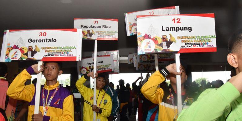Para peserta Olimpiade Olahraga Siswa Nasional (O2SN) tingkat SD, SMP serta Pendidikan Khusus dan Layanan Khusus (PKLK) saat pembukaan event tersebut di UTC Hotel Jl Kelud Raya, Semarang, Jawa Tengah, Senin (26/8/2019).