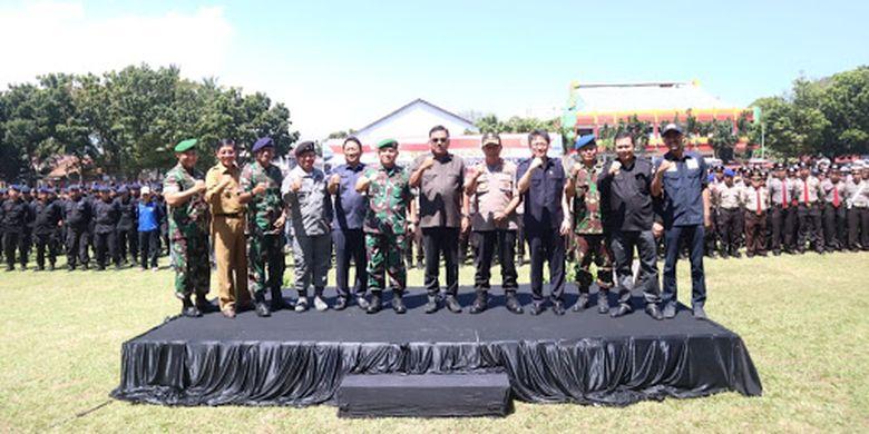 Gubernur Sulawesi Utara Olly Dondokambey (tengah) menghadiri Apel Gelar Pasukan dalam rangka Pengamanan Tahap Kampanye Terbuka dan Pemungutan Suara Pemilu 2019 di Lapangan Robert Wolter Monginsidi, Manado, Jumat (22/3/2019) pagi.