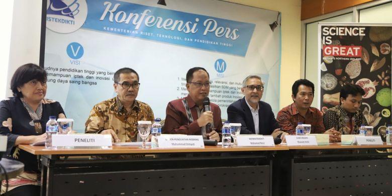 Menristekdikti Mohamad Nasir dan Duta Besar Kerajaan Inggris untuk Indonesia Moazzam Malik meluncurkan Kerja Sama Riset Kebencanaan Indonesia ? Inggris melalui Program Newton Fund di Gedung D Kemenristekdikti, Jakarta (7/2/2019).