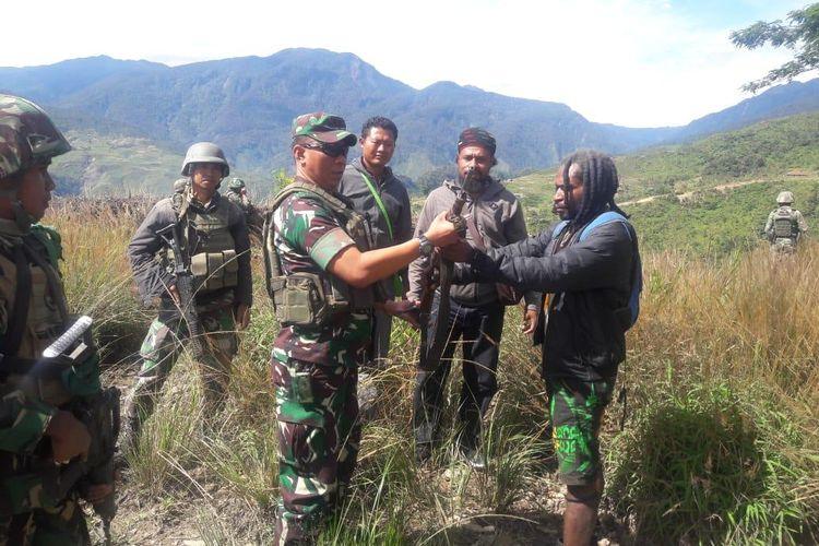 Telangga Gire menyerahkan satu pucuk senjata api jenis Mosser kepada Dandim 1714/PJ Letkol Inf Agus Sunaryo diDistrik Ilu, Kabupaten Puncak Jaya, Papua (08/06/2019)
