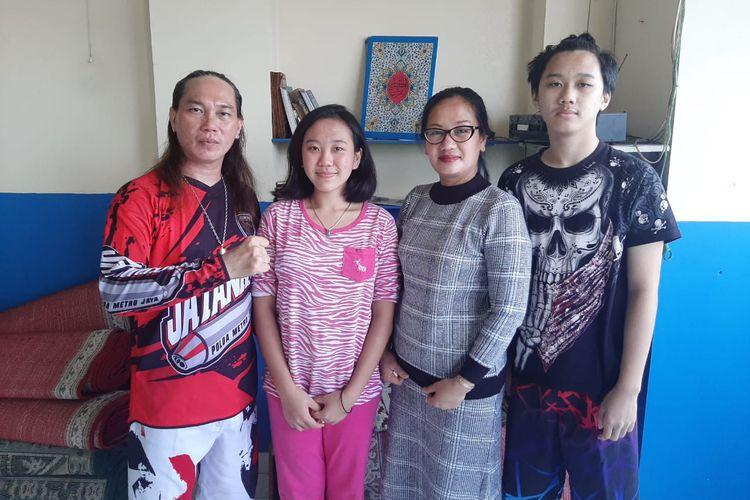 Jacklyn Choppers (paling kiri), Tina Asianurti (dua dari kanan), dan dua anak mereka. Gambar diambil pada Kamis (19/11/2020).