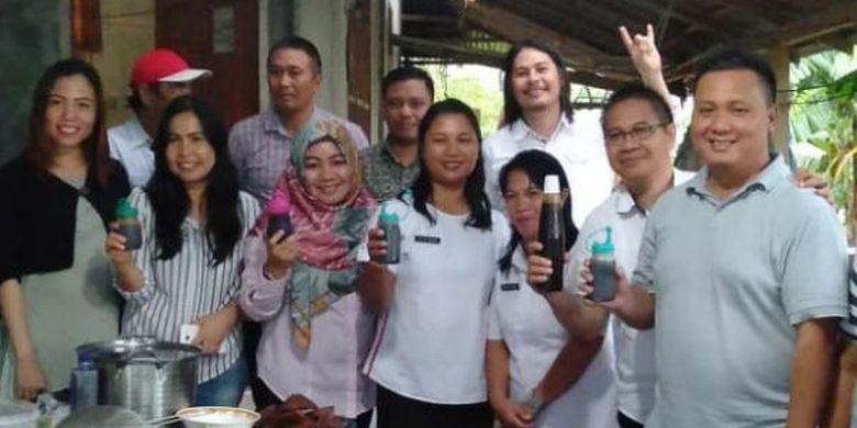Sebuah komunitas di Desa Liwutung, Kabupaten Minahasa Tenggara, Sulawesi Utara, sedang menunjukkan produk kecap dari olahan air kelapa.