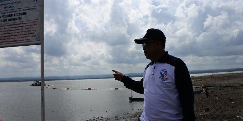 Kepala Balai Wilayah Sungai Nusa Tenggara satu (BWS NT1) Asdin Julaidy Asdin sedang menunjuk sedimen yang ada di Waduk Batujai di kota Praya, Lombok, Nusa Tenggara Barat (NTB), Minggu (27/5/2018).